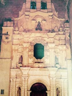 Al interior de la Catedral de Toluca, la fachada de la iglesia de San Elzeario (Foto: libro Estado de México, Sitios y Recorridos).